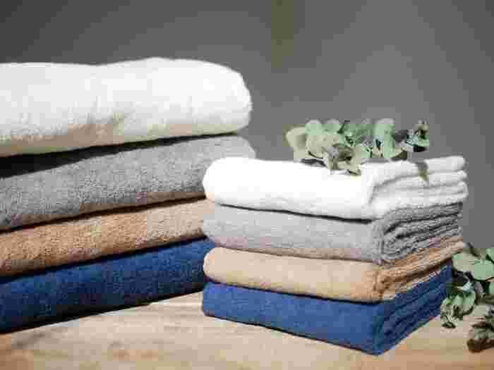 部屋干しには様々なメリットがありますが、「生乾きの臭いが気になる」という方も多いはず。部屋干しの臭いは雑菌の繁殖が主な原因ですが、定期的に洗濯機を掃除したり、洗濯の仕方や干し方を工夫することで、部屋干し特有の嫌な臭いを防ぐことができます。
