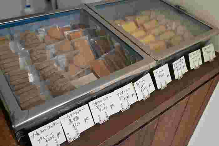 """「ルスティカ菓子店」は、阿佐ヶ谷駅から徒歩12分のところにある洋菓子店です。店名は、""""幸せを運ぶ""""といわれるツバメの学名から付けられたのだそう。洋菓子は小麦の味わいにこだわり、お菓子に合わせて小麦粉の産地が使い分けられています。化学薬品不使用の材料を使い、添加物も極力おさえて作った体に優しい手作りスイーツと出会えますよ。"""