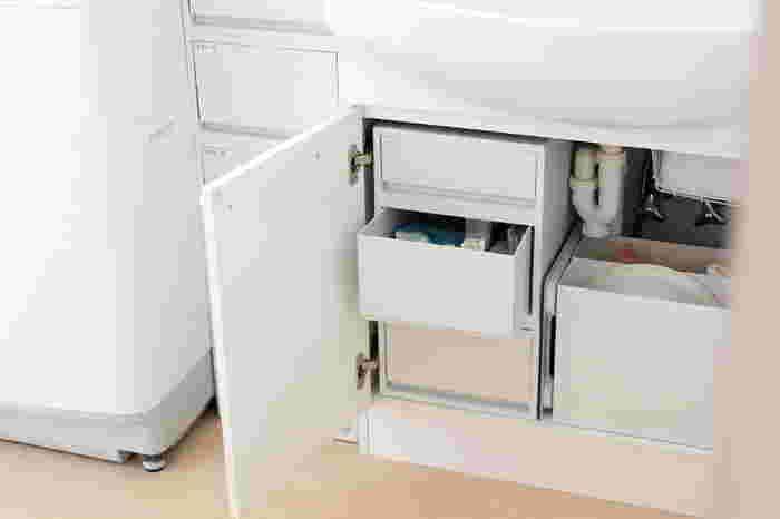 洗面所収納で、最も大切なポイントが「清潔感」。家族が毎日何度も使うため、汚れが溜まりやすくきれいを保つのが難しい場所です。  まずは、モノを減らして掃除のしやすい状態をつくりましょう。生活感の出るものは扉付の収納にしまうか引き出し式の収納を用意すると◎細々とした生活雑貨がすっきり片付きます。