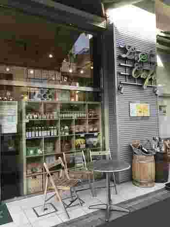 都営半蔵門線の清澄白河駅を出てすぐの大通り沿いにある「L.S Cafe(エル.エス カフェ)」。ガラス張りの店内はひとりでもふらりと入りやすい雰囲気が魅力です。