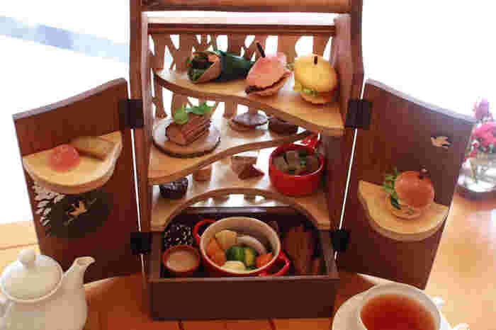 オープンテラスのあるラウンジでは、軽井沢の風景をイメージしたアフタヌーンティーや、旬の素材を使った季節のデザートコースなどが楽しめます。見た目にもこだわって一つ一つ丁寧に作られたスイーツは、眺めるだけでも癒されそう。