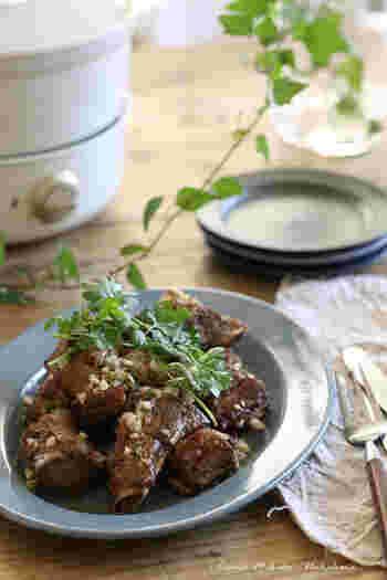 グリル鍋は1台で何役もこなす優れもの。下味付きのスペアリブをグリルポットで揚げて、ピリ辛ソースで絡めたスタミナメニュー。ついでにカットしたじゃがいもなど野菜をフライすれば、おつまみが増えて一石二鳥です。