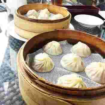 「世界の10大レストラン」に選ばれた小籠包や点心などの台湾料理がいただける『鼎泰豐』。天然食材を使った手作り生地はもっちりとやわらか。中からは熱々のスープがじわりと出てきて、たまらない美味しさです。
