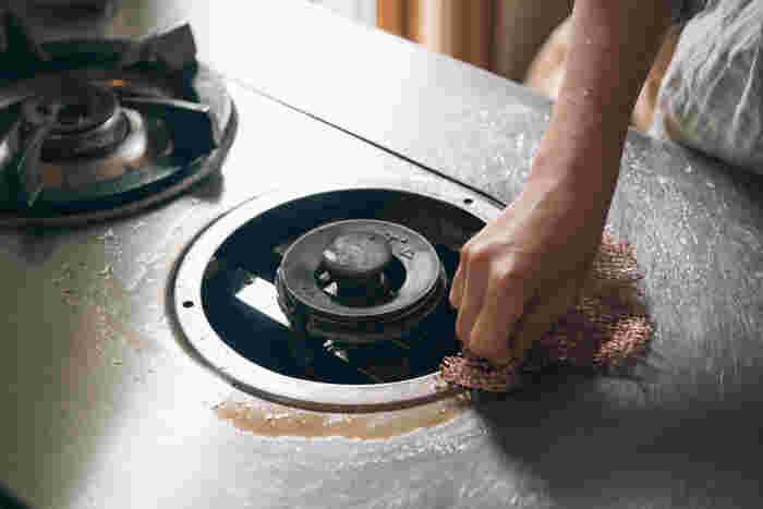 手にフィットして細かい部分もきれいに磨けるので、レンジ周りのお掃除やお鍋のこすり洗いにぴったり!軽い汚れなら水洗いだけでも落ちますよ(テフロン加工の製品への使用は控えて下さい)。