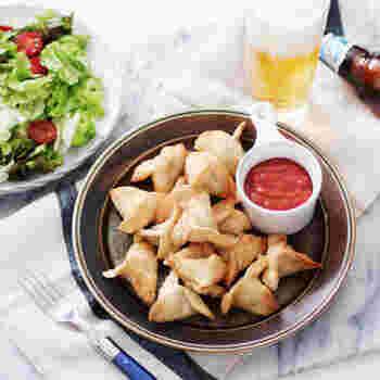 インドの名物「サモサ」。通常はひき肉や豆なども入れますが、じゃがいもメインで少ない材料で作れるレシピです。ガラムマサラなどスパイスが無い場合は、カレー粉でもOK。ビールによく合います。