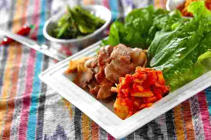 サムギョプサルでお肉といっしょに食べる付け合わせの定番は、「サンチュ」や「キムチ」。キムチは、お肉といっしょに焼くのも本場流です。このほか、えごまの葉、大葉、もやし・にんじん・ほうれん草などのナムル、ねぎなどが付け合わせとしてポピュラーです。