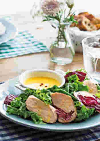 しっとりしたチキンに、甘みと酸味のバランスのいいはちみつビネガードレッシングがなじんで、サラダというよりも料理として成立するひと皿に。