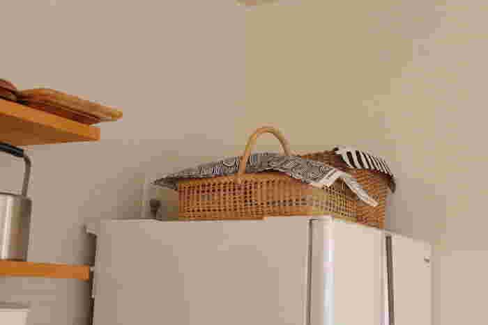 あまり出し入れしない、高いところに置いたかごの上にも布を。並べて置く時には、布の色味を合わせるとまとまりが生まれ、シンプルでお洒落な収納に。