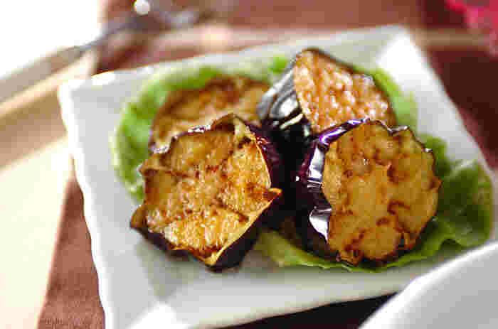 揚げたての茄子は美味しいものです。このレシピは、生醤油や出汁醤油ではなく、バルサミコ酢でシンプルに頂きます。バルサミコ酢のコクのある酸味がよく合います。簡単に作れておかずにもおつまみにもぴったりの優秀ナスレシピです。