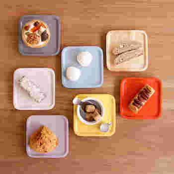 木でできたコースターを小皿にして、お菓子やお砂糖を乗せてちょとお洒落に…。鮮やかな赤や黄色が美しい一品です。