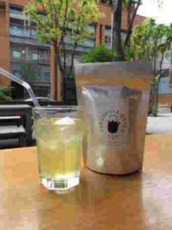 屋久島で有機栽培された茶葉を使用している「YAKUSHIMA GREEN TEA」。日本のいいモノもさりげなくセレクトされています。