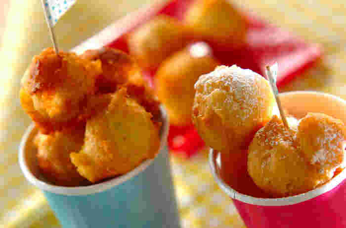 ホットケーキミックスを使った簡単なドーナツ。ひと口大にコロコロっと丸めた形が可愛らしく、お子さまのおやつにぴったりです。紙コップなどの楽しく盛り付ければ、パーティーシーンにもお似合いです。