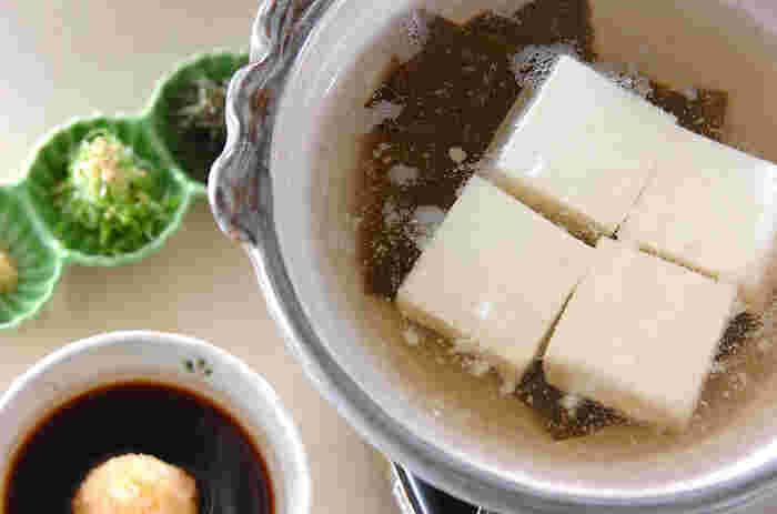 寒い日に食べたくなるのが湯豆腐。アツアツをハフハフしながら食べれば、冷えた身体もポカポカ。身体の芯からあたたまり、幸せな気分になりますね。
