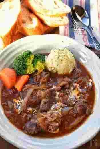 牛肉がやわらかくなるまでコトコトと煮込むビーフシチューは、特別な日のメニューにぴったり。 時間のあるお休みの日など、じっくりと煮込んでみては♪ 2種類の牛肉を使うことで、食感や風味に幅が生まれ、より旨味とコクを味わうことができます。