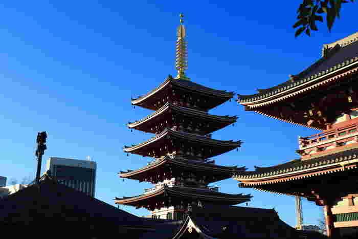 約53mもある大きな五重塔も、浅草寺を代表する建物のひとつです。塔の最上層である第五層には、スリランカから正式に請来されたお釈迦さまのご遺骨が奉安されています。五重塔のまわりには池もあり、散策にはぴったり。