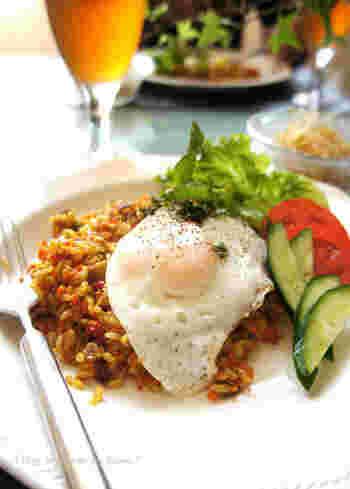 エスニック料理の定番、ナシゴレンを玄米で作ってみましょう。野菜やひき肉と一緒に玄米を炒めるので、食べやすくなります。たくさんのスパイスを入れて本格的な味わいに。