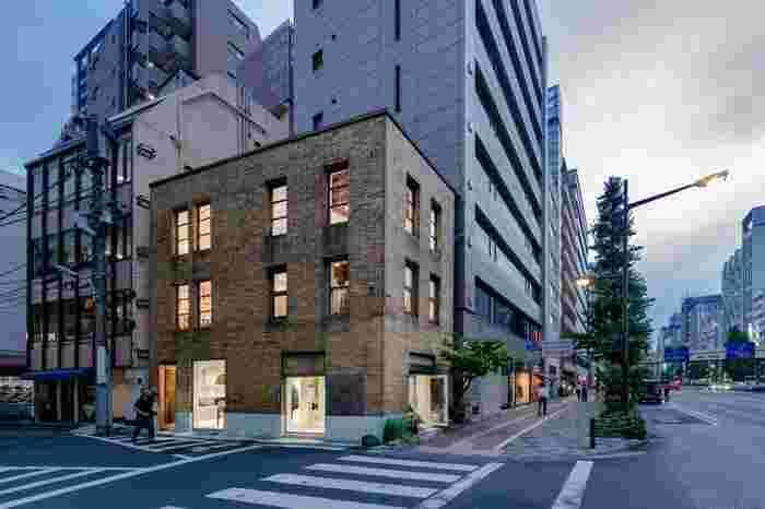 奥野ビルと同い年で、昭和通り沿いにあるこちらの小さな建物は、「川崎ブランドデザインビルヂング」。ビンテージ感漂うタイルの外壁は、建てられた昭和初期に流行したものです。  銀座の都市開発に伴い、高層タワーによる建て替えの計画も上がりましたが、このレトロな魅力に惹かれたアート関連企業が保存を決意し、今ではギャラリー「MUSEE GINZA(ミュゼ銀座)」として活用されています。