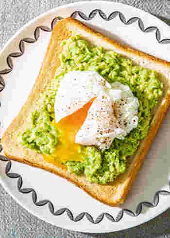 ココナッツオイル、アボカド、卵とヘルシーな食材を組み合わせたトースト。色もきれいで、元気がもらえそうですね。とろりとした食感のアボカドは、食べやすいので朝食にもぴったり。