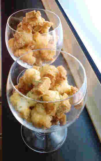 開いた鏡餅のアレンジレシピとして昔から愛されている「あられ」。電子レンジやトースーターで焼くノンオイルのレシピもありますが、カラカラに近い乾燥したお餅は、油で揚げるレシピで作ると市販の物にはないサクサク食感が出ておいしいのでぜひお試しを。