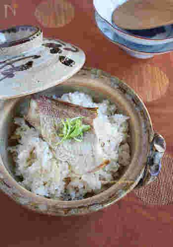 香ばしく塩焼きした鯛をのせて炊くだけなのに、とっても贅沢な味わい。土鍋を開けた瞬間、歓声が上がりそう。