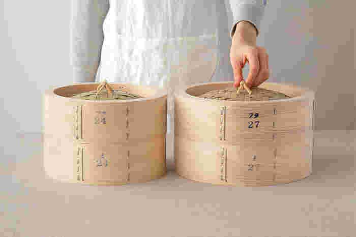 岐阜県付知(つけち)町でつくられている「木曽ヒノキのせいろ」は、節のない細やかな木目が美しく、漂うヒノキの香りが清々しい。厳しい管理のもとに育ち、節がない良質な高級建材として人気がある付知のヒノキを、手仕事により曲げ木の技術でせいろに仕上げました。