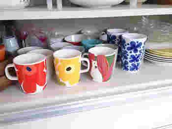 お気に入りのマグカップたち。食器棚の中にしまってしまうと、奥のマグがサッと取り出せず手前にあるものばかり使う羽目に…。