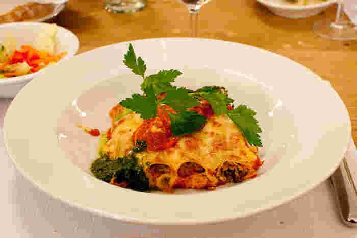 イタリアでプリモと言うと、大体パスタ料理が出されます。それぞれの家庭で、パスタから自家製で作ることも珍しくなく、変わらないマンマの味を堪能できるのは、本場ならでは。「カンネッローニ」というパスタ料理は、一枚一枚クレープ生地のように薄く伸ばしたパスタ生地に野菜やチーズなどを巻き、ベシャメルソースやトマトソースなどをかけた後、オーブンで焼いた一品。繊細かつ濃厚な味は絶品です。