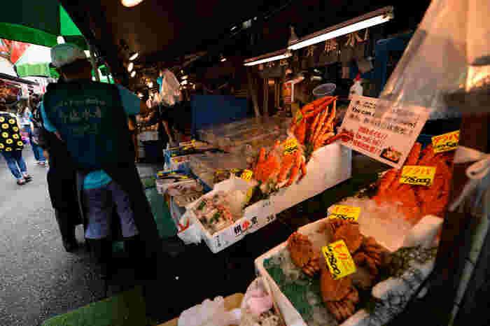 築地場外市場の活気を体感しながら自由散策。海産物などをショッピングします。