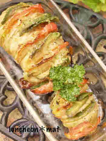 トマトと森のバターアボカドもじゃがいもをおいしくする食材。大きめのじゃがいもがあれば作りたいヘルシーレシピです。