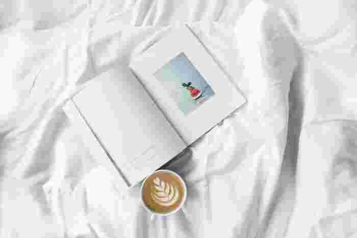 本を読むことは、自分の世界を広げること。読み終わったときには新鮮な発見や感動があっても、時間が経つとともに薄れていってしまいます。読んだ本のタイトルや作者、ちょっとした感想を記録しておきましょう。時間が経ってからリストを読み返してみると、その時自分が興味を持っていたものや、どんな部分に感動したのかが分かって、また面白いものです。 また、1冊読むと同じ作者の本や、最後の方のページで紹介されていた本が読みたくなることもありますよね。「読んでみたい本」のタイトルと作者、簡単な内容をメモしておくと、さらにたくさんの本に出会うことができます。