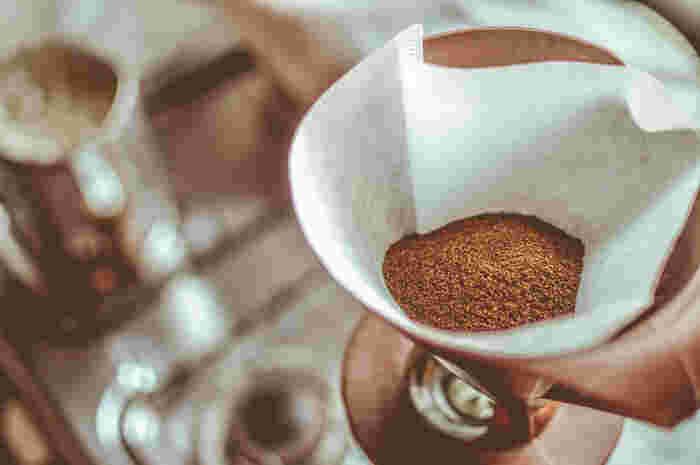 粉の量は、【1回分=人数+1杯】が基本的な分量です。そのため、コーヒーカップ4杯分のドリップコーヒーを淹れる場合には【4杯+1杯】の粉が必要ということになります。総量は約50g~60gほど。不安な方はスケールを使うのもおすすめです。