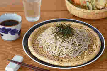 冷たいお蕎麦やおうどんが美味しい季節、お皿にただ盛り付けるものいいけれど、ざるを使うともっと趣が増します。水も切れて、見た目にも美味しそうな器に。