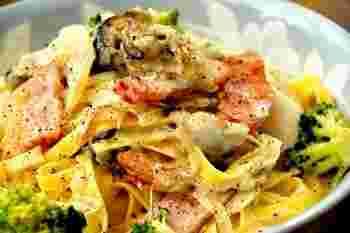 牡蛎と帆立というWの貝ダシがたまらない、ごちそうパスタです。牡蛎はあらかじめ焼いて縮みを抑え、帆立は最後に入れて新鮮さを活かすのがポイント。ベーコンがさらにソースに深みを与えてくれます。