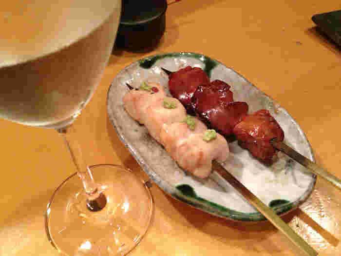 「ささみのサビ焼き」や「レバー」など、お好みの串を1本ずつ注文することもできますし、おまかせもOK。ワインもフランスやイタリア、スペインなど豊富なラインナップで、ワイン通の方もきっと満足できるはずですよ。