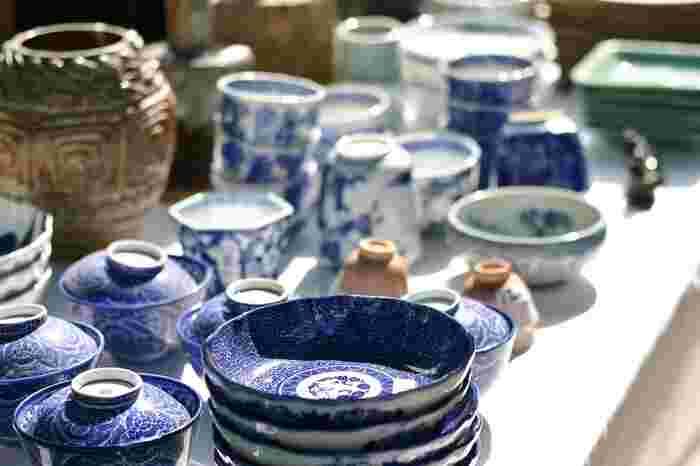 古い時代の骨董品や民藝品には、現代のものにはない独特の魅力があります。先人たちが残した道具や器から、昔の日本の暮らしを知るということも、素敵に年齢を重ねていくためにはとても大切なことではないでしょうか。美術館や博物館に所蔵されている作品、昔おじいさんやおばあさんが使っていた道具や日用雑貨。昔のものに触れることで、日本の文化や暮らしについてより深く知ることができます。