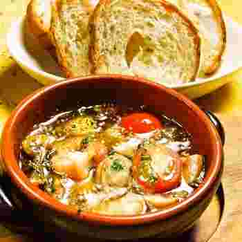 オリーブオイルに材料を入れて煮るだけ、失敗知らずのアヒージョ。短時間で簡単にできるので、料理初心者にもおススメですよ。