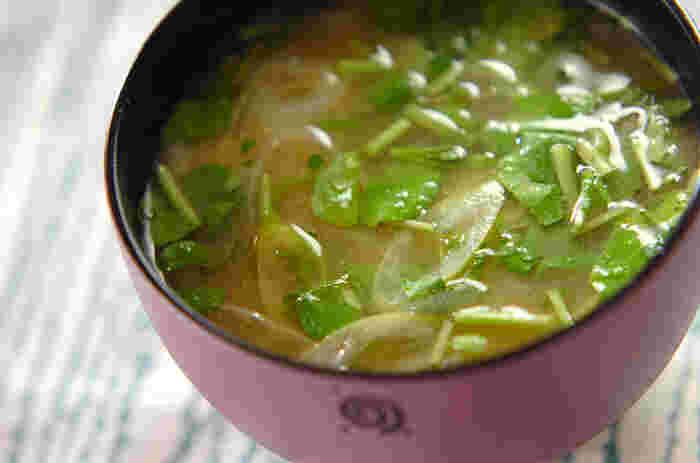 お肉料理に添えることが多いクレソンを、お味噌汁に入れました。スーパーで1束買っても食べ切れない、という時はぜひお味噌汁に入れてみてください。  クレソン独特の香りと風味は加熱すると弱くなってしまうので、食べる直前に入れるのがおすすめです。シャキッとした歯触りと緑が鮮やかに仕上がります。  クレソンは、高い抗酸化作用やカルシウムなど栄養が豊富な野菜ですから、添え物としてだけでなく、たくさんいただきたいですね。