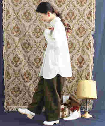 ヒップまですっぽりと隠してくれる、チュニック丈の白ブラウス。裾がAラインに広がるシルエットは、着るだけでキュートな印象をアップしてくれます。トップスとして着るのはもちろん、ニットやベストのインナーとして合わせても◎