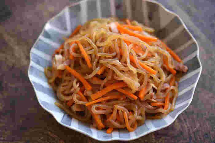 洋風味付けのきんぴら。糸こんにゃくがメインで使用されているので、カロリーも安心♪見た目とは裏腹にどんな料理でも合ってしまう万能料理です。