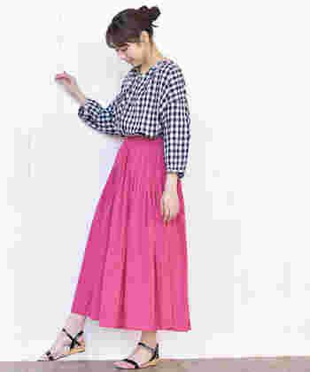 ガーリーな雰囲気のピンクのギャザースカート。ギンガムチェックのシャツがよくマッチしていますね。