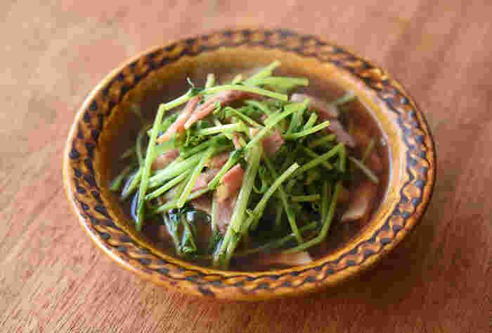 栄養豊富で色鮮やかなグリーンの豆苗を煮びたしに。ベーコンと一緒に煮ることで、独特の青臭さが減って旨味もアップ!出汁を効かせた素朴な味わいにほっこり癒されて。