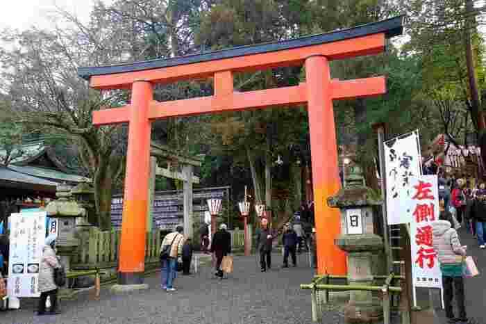 京都の節分祭と言えば一番に名前が挙がるほど有名な「吉田神社」。こちらは平安京の守護神として創建され、境内には全国各地の神々を祀る大元宮など様々なご信仰のお社があります。この時期だけでも毎年約50万人もの参拝客が訪れるそうで、屋台も立ち並びかなりの賑わいを見せています。