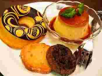 レトロスイーツプレートには、プリンや丸福デザインの入ったドーナッツ、クッキーなどが盛り沢山です。