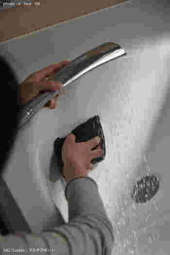 浴槽のお湯を抜いた直後はまだあたたかいので、皮脂汚れも落としやすいです。そのタイミングなら、繊維が細かくて洗剤不要のスポンジでサッとこするだけで◎軽い力で簡単に掃除ができますよ。