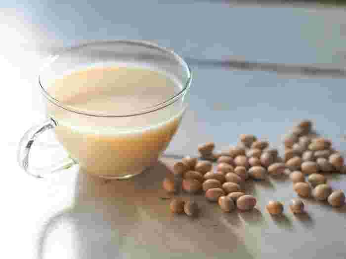 寒い季節、ほんんり甘くやさしい味わいの温かい甘酒豆乳は身も心もポカポカにしてくれそう。主に米こうじと米から作られる甘酒と、大豆から作られる豆乳、そのふたつを合わせれば、美容効果やダイエットにも効果があるかも(※個人差があります)。
