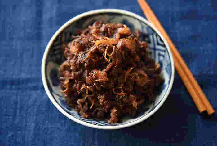 お酒やご飯のおともに、濃いめの味付けの「牛肉のしぐれ煮」が冷蔵庫にあるとホッとします。多めにつくって冷凍しておけば、食べたい時にレンジで温めてすぐいただけます。