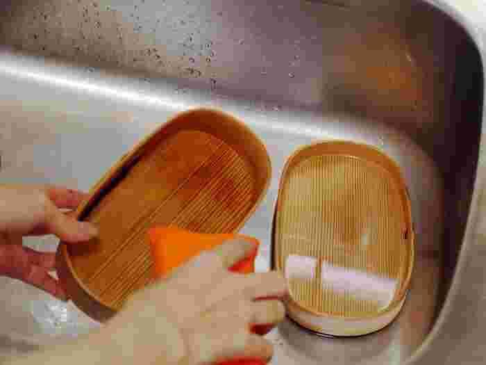 食べ終わった後はなるべく早く洗うようにしましょう。まずは、お湯、または水を注いで、汚れを軽く洗い落とします。白木の無塗装の物は、しばらくぬるま湯に浸したあと、洗剤を使わず手かスポンジで優しくこすります。汚れがひどい時には、研磨剤の入ったクレンザーとたわしを使って、新しい木肌を出すように洗います。汚れが落ちたら、クレンザーが残らないように、しっかりすすぎ流してください。漆塗り、ウレタン塗装のものは、中性洗剤を使っても大丈夫です。洗った後は、乾いた布で水分を拭き取りましょう。