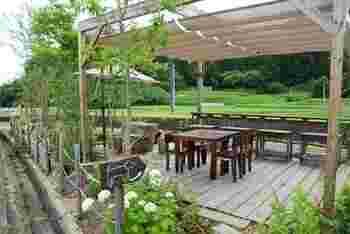 里づとでは、屋内のテーブル席、カウンター席以外にも、屋外にテラス席が用意されています。季節がよい時期は、テラス席でお食事やコーヒー、デザートをいただくのも気持ちいいですよ。