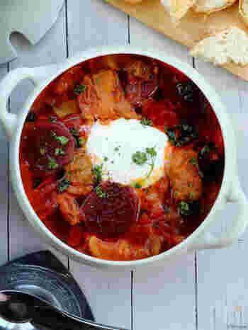 ビーツの鮮やかな赤色でテーブルが華やぐ、ロシアの郷土料理「ボルシチ」。ビーツは真空パックか缶詰のものなら手に入りやすいそうです。