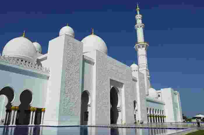 白亜のモスクの周りはプールになっています。大理石の白と空の青さのコントラストが美しいですね!